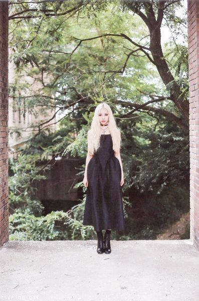 Tags: K-Pop, LOOΠΔ, Singing in the Rain, Jung Jinsoul, Black Outfit, Dress, Choker, Blonde Hair, Black Footwear, Black Dress, Make Up, Jewelry