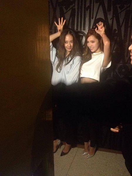 Tags: K-Pop, Jung Sisters, f(x), Girls' Generation, Jessica Jung, Krystal Jung, Looking Ahead, Midriff, Two Girls, Duo, Silver Footwear, High Heels