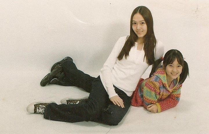 Tags: K-Pop, Jung Sisters, Krystal Jung, Jessica Jung, Family, Laying Down, Sneakers, Sisters, Black Footwear, Laying On Stomach, Sitting On Ground, Shoes