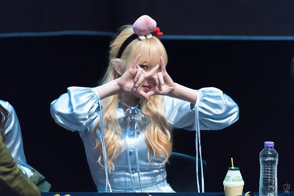 Tags: K-Pop, G-friend, Jung Yerin, Blue Outfit, Covering Eyes, Hairband, Blunt Bangs, Dark Background, Wallpaper, Fansigning Event