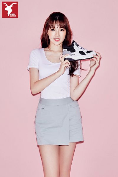 Tags: K-Pop, G-friend, Jung Yerin, Gray Skirt, Simple Background, Pink Background, Standing, Short Sleeves, Shoes, Skirt, Sneakers, Android/iPhone Wallpaper