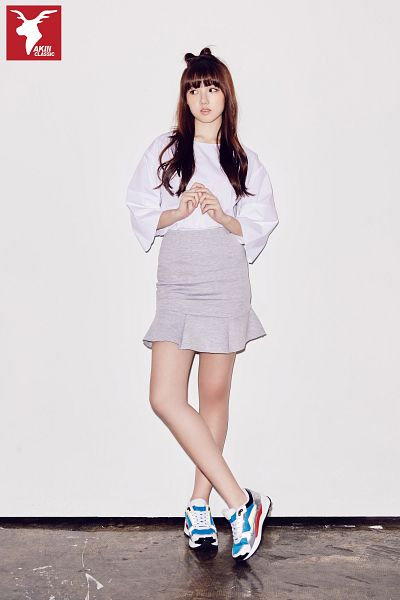 Tags: K-Pop, G-friend, Jung Yerin, Shoes, Serious, Simple Background, Skirt, Gray Skirt, Full Body, Crossed Legs (Standing), Gray Background, Standing