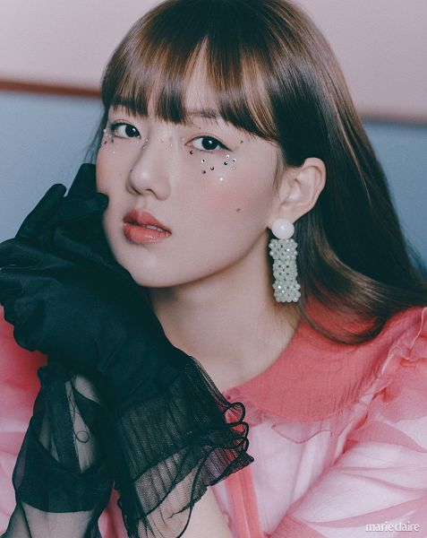 Tags: K-Pop, G-friend, Jung Yerin, Black Eyes, Serious, Mole, Holding Hands, Black Gloves, Gloves, Facial Mark, Pink Shirt, Marie Claire