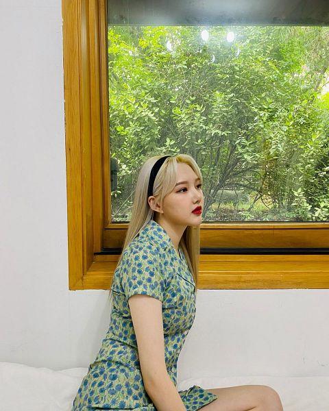 Tags: K-Pop, G-friend, Jung Yerin, Side View, Bare Legs, Blue Dress, Light Background, Floral Print, Blue Outfit, White Background, Floral Dress, Red Lips