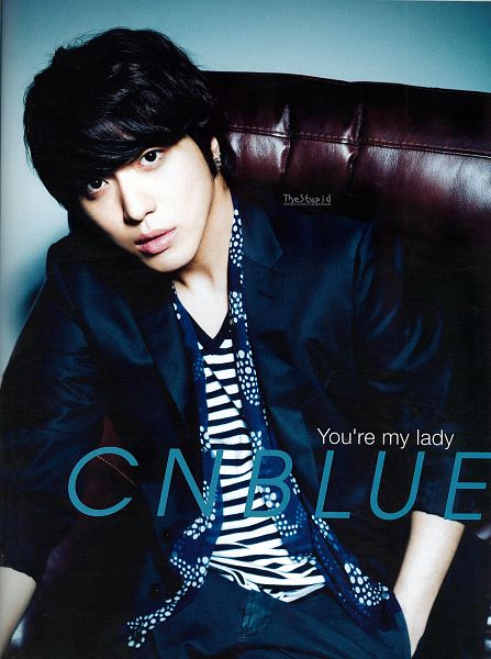 Tags: K-Pop, CNBLUE, Jung Yong-hwa, Striped, Striped Shirt, Hand In Pocket, Sitting On Couch, Couch, Black Pants, Scarf, Black Jacket, Text: Artist Name