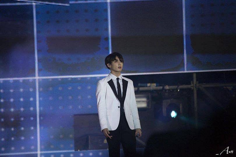 Tags: K-Pop, BTS, Jungkook, Stage, White Outerwear, Black Neckwear, Black Pants, Tie, Earbuds, White Jacket