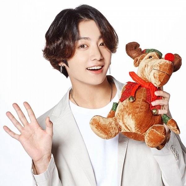 Tags: K-Pop, BTS, Jungkook, Holding Object, Necklace, Christmas, Close Up, Light Background, Stuffed Toy, White Background, Grin, Stuffed Animal