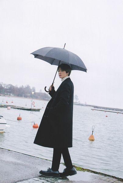 Tags: K-Pop, BTS, Jungkook, Black Pants, Turtleneck, Umbrella, Multi-colored Hair, Collar (Clothes), Hand In Pocket, Water, Outdoors, Coat