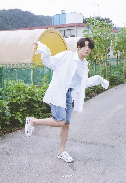 Tags: K-Pop, BTS, Jungkook, Denim Shorts, Tree, White Footwear, Palm Tree, Standing On One Leg, Leg Up, Blue Shorts, Shorts, Scan