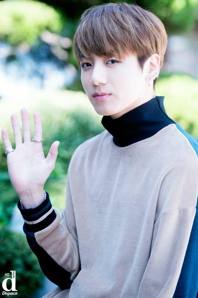 Tags: K-Pop, BTS, Jungkook, Mole, Facial Mark, Ring, Turtleneck, Collar (Clothes), Wave, Black Eyes, Gray Shirt, Dispatch