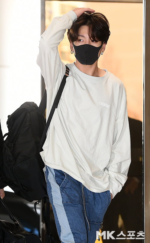 Tags: K-Pop, Bangtan Boys, Jungkook, Pants, Mask, Headdress, White Outerwear, Bag, Backpack, Airport, Jeans, Sweater