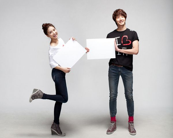 Tags: K-Drama, Jung Il-woo, Kim So-eun, Short Sleeves, Hair Buns, Standing On One Leg, Hair Up, Duo, Jeans, Leg Up, Single Bun