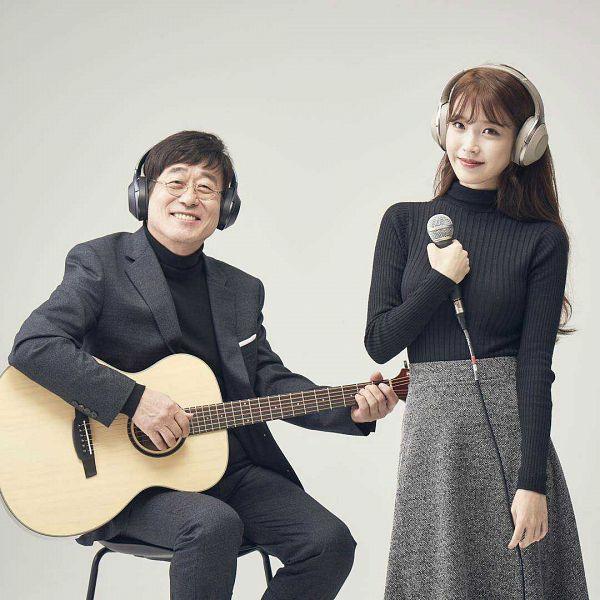 Tags: K-Pop, IU, Kim Chang-wan, Duo, Sitting On Chair, Skirt, Gray Skirt, Chair, Musical Instrument, Black Pants, Guitar, Headphones