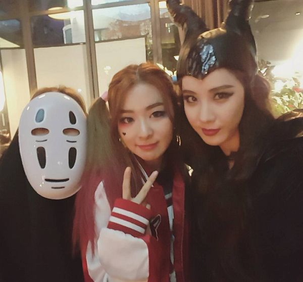 Tags: SM Town, K-Pop, Red Velvet, Girls' Generation, Wendy, Irene, Seohyun, V Gesture, Red Lips, Black Outfit, Black Headwear, Twin Tails