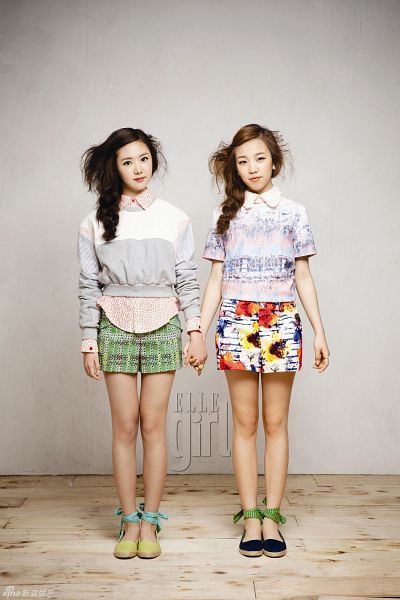 Tags: K-Pop, Kim Na-yoon, Baek A-yeon, Duo, Green Footwear, Skirt, Text: Magazine Name, Gray Background, Floral Print, Striped, Floral Skirt, Black Footwear