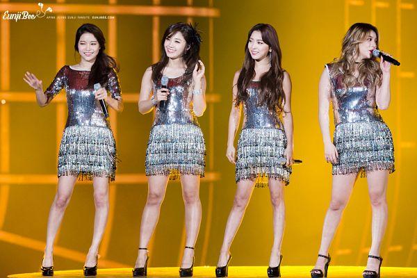 Tags: K-Pop, f(x), Mamamoo, Apink, Luna, Solar, Jung Eun-ji, Ailee, Yellow Background, Bare Shoulders, Looking Away, Quartet