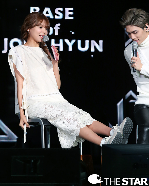 Tags: K-Pop, Girls' Generation, SHINee, Sooyoung, Kim Jonghyun, Black Pants, Bare Legs, Shoes, Short Sleeves, Looking At Another, Text: Magazine Name, Skirt