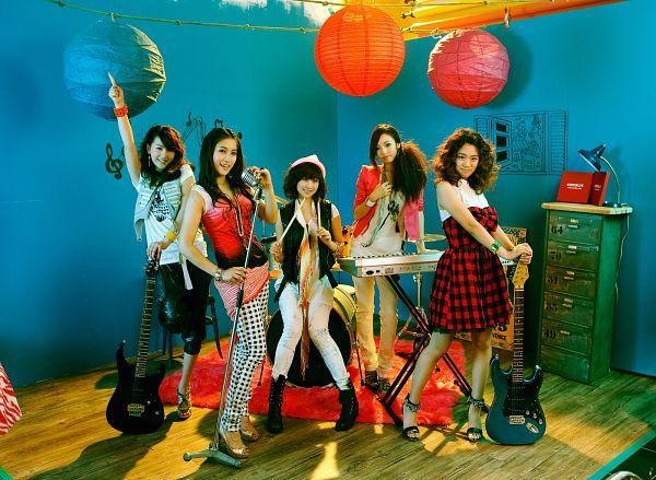 Tags: DSP Media, K-Pop, KARA, Leg Up, Black Pants, Musical Instrument, Group, White Pants, Guitar, Piano