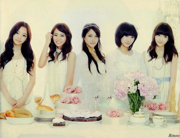 Tags: K-Pop, KARA, Nicole Jung, Seungyeon Han, Hara Goo, Gyuri Park, Jiyoung Kang, White Outfit, Sweets, Medium Hair, Hairband, Hand In Hair