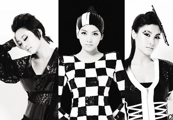 Tags: K-Pop, KARA, Gyuri Park, Jiyoung Kang, Nicole Jung, Light Background, Checkered, Monochrome, White Background, Black Headwear, Black Background, Trio