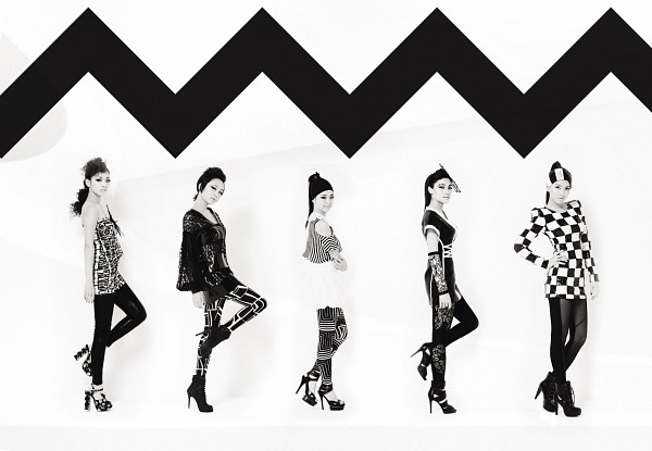 Tags: K-Pop, KARA, Jiyoung Kang, Nicole Jung, Seungyeon Han, Hara Goo, Gyuri Park, Checkered, Light Background, Five Girls, Monochrome, Quintet