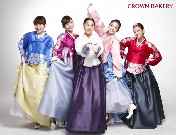 Tags: K-Pop, KARA, Jiyoung Kang, Nicole Jung, Seungyeon Han, Hara Goo, Gyuri Park, Group, Hanbok, Holding Skirt, Hair Up, Traditional Clothes