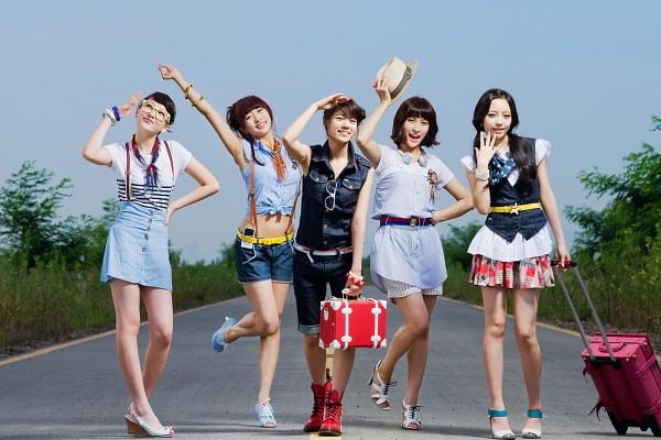 Tags: K-Pop, KARA, Hara Goo, Gyuri Park, Jiyoung Kang, Nicole Jung, Seungyeon Han, Bag, Road, Looking Up, Leg Up, Quintet