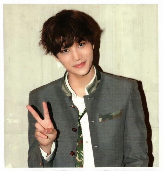 Tags: K-Pop, EXO, Kai, V Gesture, Green Neckwear, Light Background, Tie, Camouflage Print, White Background, Gray Outerwear, Gray Jacket