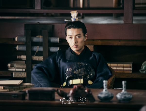 Tags: K-Drama, Kang Ha-neul, Sitting On Chair, Serious, Hair Buns, Belt, Traditional Clothes, Bent Knees, Chair, Korean Clothes, Hair Up, Table