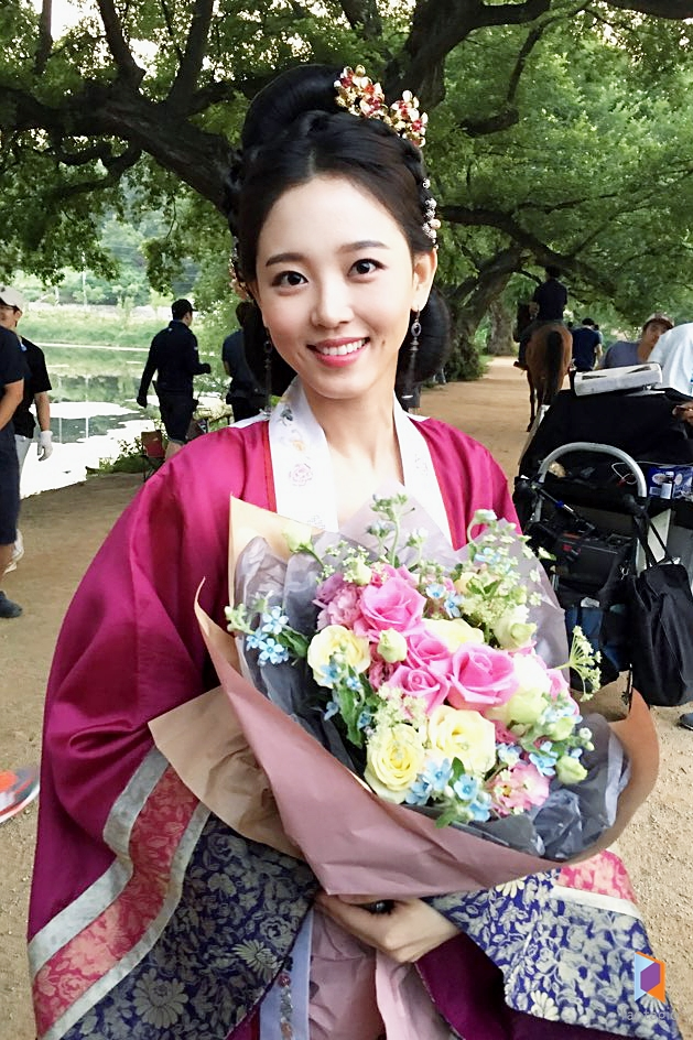 Tags: K-Drama, Kang Han-na, Earrings, Traditional Clothes, Pink Flower, Flower, Korean Clothes, Hanbok, Bouquet, Pink Shirt, Horse, Standing