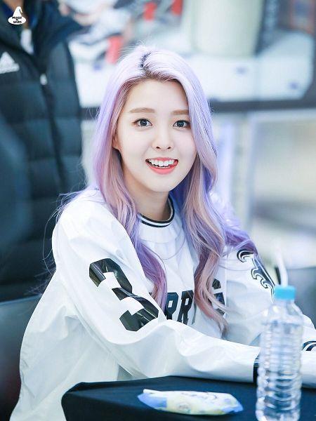 Tags: K-Pop, Berry Good, Kang Sehyung, Highlights, Black Eyes, Water, Bottle, Purple Hair, Multi-colored Hair, Wavy Hair