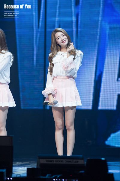 Tags: K-Pop, Berry Good, Kang Sehyung, Stage, Microphone, Head Tilt, Grin, Skirt, Pink Skirt, Ring, Heart Gesture, Wavy Hair