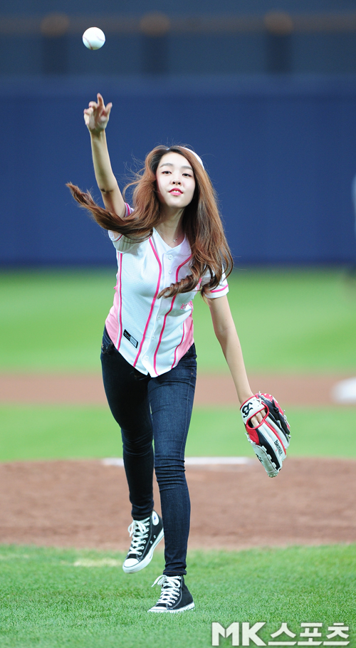 Tags: K-Pop, Berry Good, Kang Sehyung, Pants, Baseball Glove, Jeans, Ball, Baseball, Hat, Standing On One Leg, Short Sleeves, Leg Up
