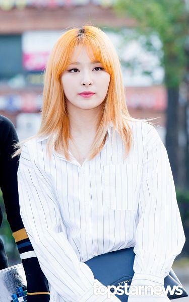 Tags: SM Town, K-Pop, Red Velvet, Kang Seul-gi, Close Up, Blunt Bangs, Bangs, Red Hair, Holding Object, Looking Ahead, Topstarnews