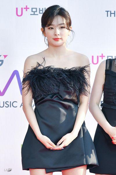 Tags: K-Pop, Red Velvet, Kang Seul-gi, Ponytail, Bare Shoulders, Black Dress, Nail Polish, Holding Hands, Looking Away, Make Up, Black Outfit, Hair Up