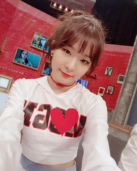 Tags: K-Pop, Red Velvet, Kang Seul-gi, Necklace, Blue Shorts, Midriff, Crop Top, Looking Ahead, Hair Up, Ponytail, Shorts, Selca