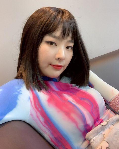 Tags: K-Pop, Red Velvet, Kang Seul-gi, Wall, Blue Shirt, Looking Ahead, Red Shirt, Instagram, Selca