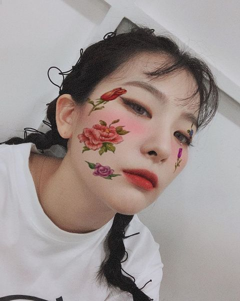 Tags: K-Pop, Red Velvet, Kang Seul-gi, Rose (flower), Flower, Blush (Make Up), Braids, Looking Down, Tulip, Make Up, Instagram, Selca