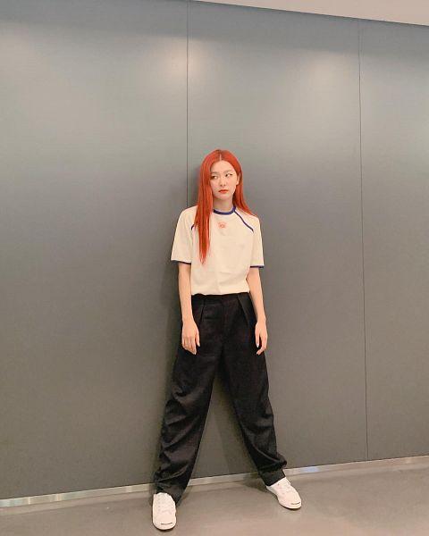 Tags: K-Pop, Red Velvet, Kang Seul-gi, Sneakers, Gray Background, Black Pants, Looking Away, Shoes, White Footwear