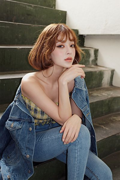 Tags: Fashion, Kang Taeri, Chin In Hand, Multi-colored Shirt, Jeans, Bare Shoulders, Close Up, Sleeveless Shirt, Stairs, Blunt Bangs, Tubetop, Nail Polish