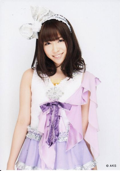 Tags: J-Pop, AKB48, Kasai Tomomi, White Bow, White Background, Hair Ornament, Hair Bow, Sleeveless, White Headwear, Skirt, Bare Shoulders, Purple Skirt