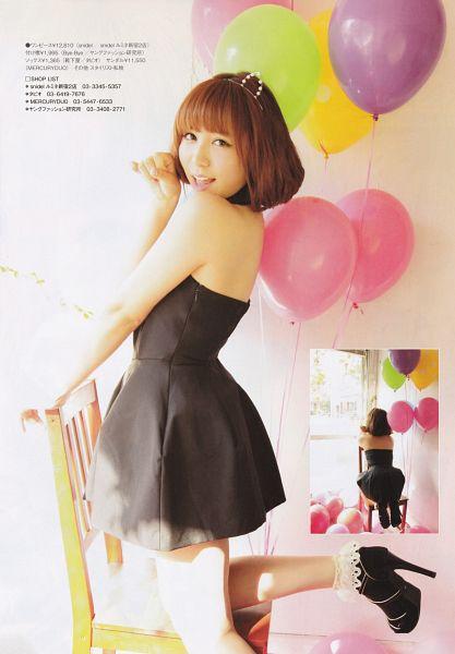 Tags: J-Pop, AKB48, Kasai Tomomi, Bare Back, Medium Hair, Balloons, White Background, Sleeveless Dress, Sleeveless, Leg Up, Sitting, Standing On One Leg