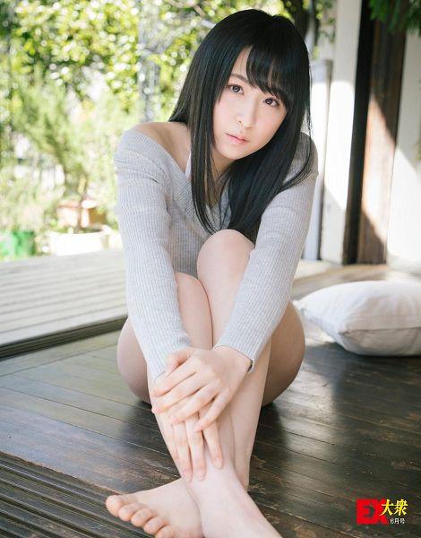 Tags: J-Pop, AKB48, Kawamoto Saya, Blunt Bangs, Bare Legs, Barefoot, Gray Shirt, Sitting On Ground, EX-Taishu, Magazine Scan