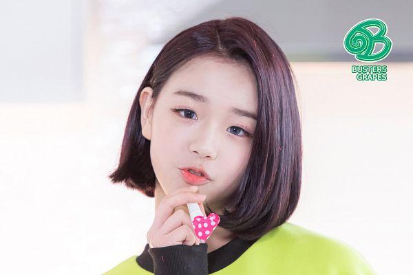 Tags: K-Pop, Busters, Grapes (Song), Kim Chaeyeon, Head Tilt, Red Hair, Green Shirt, Gray Eyes, Close Up, Contact Lenses, Medium Hair