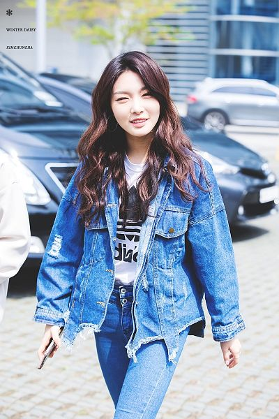 Tags: K-Pop, I.O.I, Doyeon, Kim Chung-ha, Text: Artist Name, Walking, Phone, Wavy Hair, Smartphone, Jeans, Eyes Half Closed, Denim Jacket