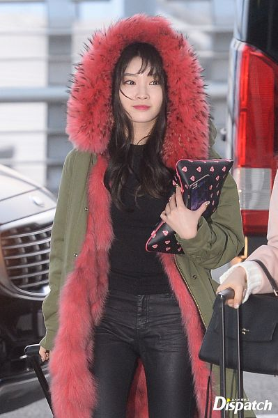 Tags: MNH Entertainment, K-Pop, Kim Chung-ha, Holding Object, Airport, Black Pants, Coat, Bag, Dispatch
