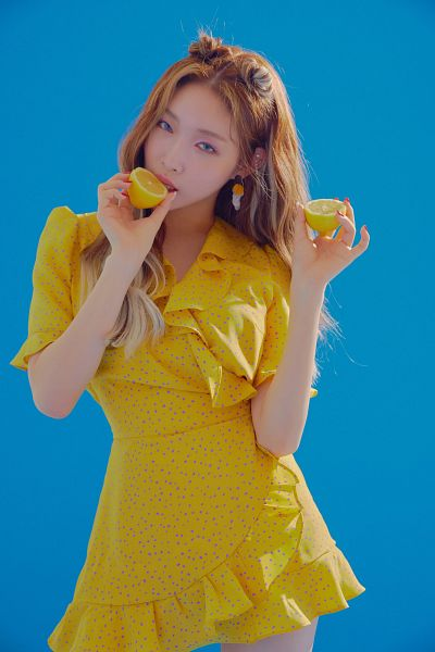 Tags: K-Pop, Kim Chung-ha, Serious, Make Up, Lemon, Blue Background, Nail Polish, Fruits, Yellow Outfit, Yellow Dress, Blooming Blue
