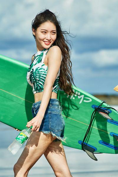 Tags: K-Pop, Kim Chung-ha, Walking, Jeans, Bare Legs, Midriff, Sleeveless Shirt, Water, Sleeveless, Denim Shorts, Bottle, Shorts