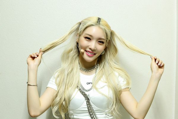 Tags: K-Pop, Kim Chung-ha, Blonde Hair, Necklace, Hand In Hair, Light Background, White Background
