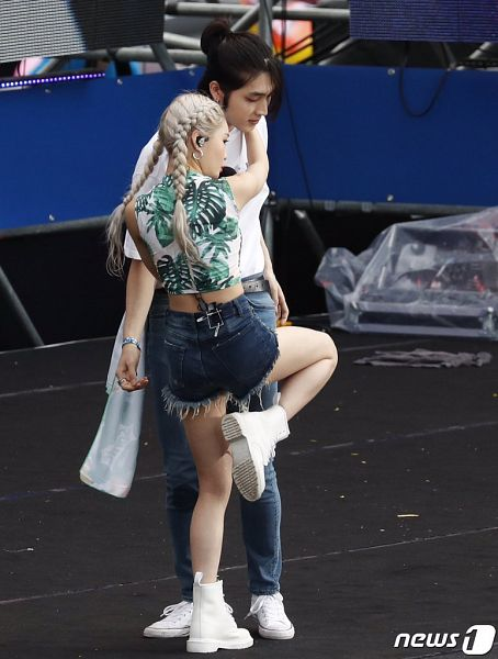 Tags: K-Pop, Kim Chung-ha, Floral Shirt, Shoes, Standing On One Leg, Sneakers, Floral Print, Shorts, Back, Midriff, Denim Shorts, Jeans